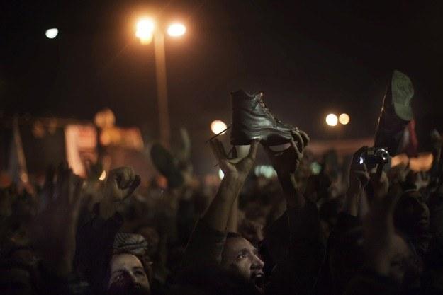 Egipcjanie wymachują butami w kierunku ekranu, na którym transmitowano orędzie Mubaraka /AFP