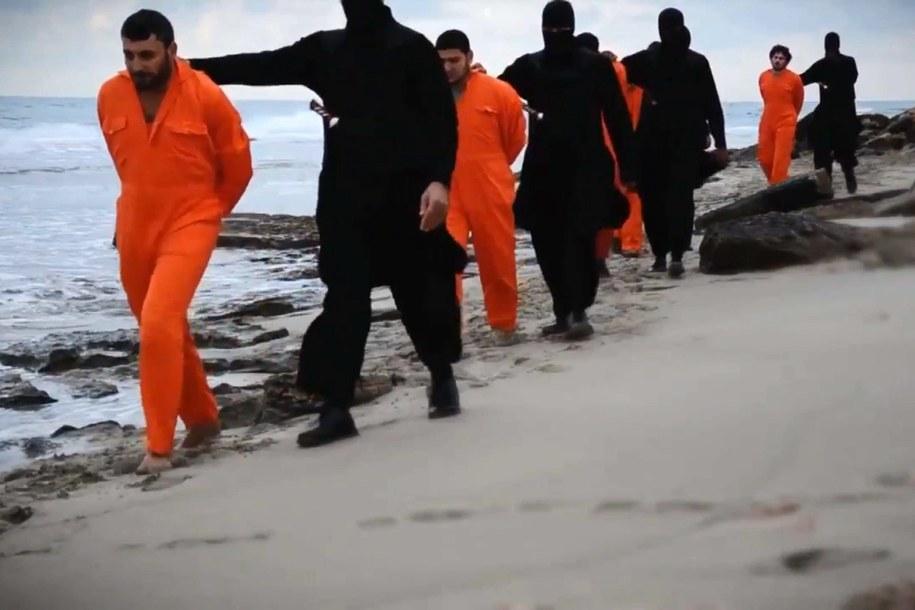 Egipscy chrześcijanie schwytani przez bojowników ISIS. Zdj. ilustracyjne /News Pictures   /PAP