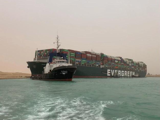 Egipskie władze próbują odholować kontenerowiec /Media Suez Canal Head Office / H /PAP/EPA