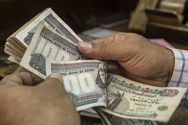 Egipt zdewaluował swą walutę niemal o jedną trzecią /AFP