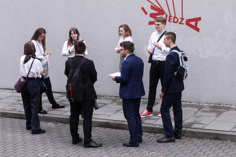 Egzamin maturalny w czasie pandemii koronawirusa. Na zdjęciu licealiści z Warszawy /Fot Tomasz Jastrzebowski /Reporter