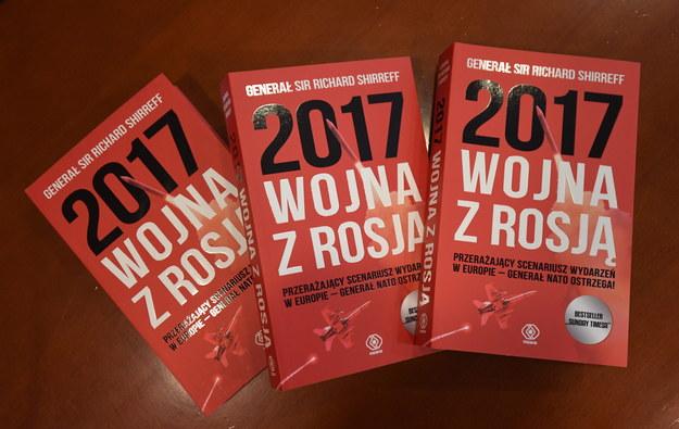 """Egzemplarze książki """"2017: Wojna z Rosją"""" /PAP/Bartłomiej Zborowski /PAP"""