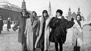 Eileen i Jerry Fordowie zwiedzają Moskwę w towarzystwie modelek: Christy Turlington, Moniki Shnarre i Renee Toft Simonsen