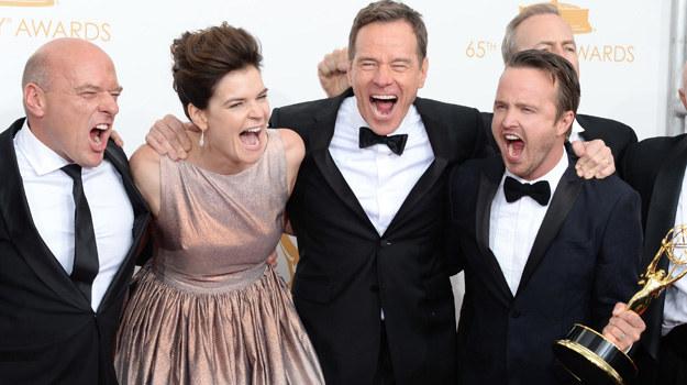 "Ekipa ""Breaking Bad"" ze statuetką Emmy 2013 /Jason Merritt /Getty Images"