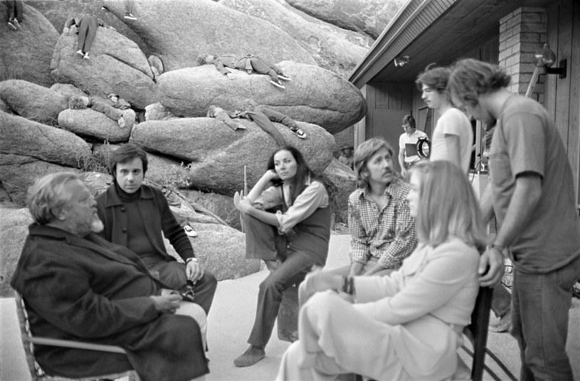 """Ekipa """"Drugiej strony wiatru"""" na planie filmu (Orson Welles - pierwszy z lewej, Oja Kodar siedzi w środku) /Royal Road Entertainment / Les F/Collection Christophel /East News"""