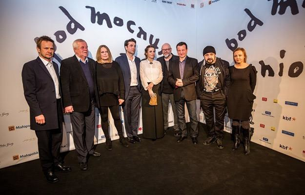 """Ekipa filmu """"Pod Mocnym Aniołem"""" na premierze filmu w Krakowie, fot. www.wandzelphoto.com /materiały prasowe"""