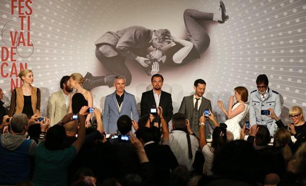 """Ekipa filmu """"Wielki Gatsby"""" w Cannes, na tle oficjalnego plakatu festiwalowego /AFP"""