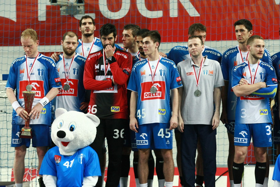 Ekipa Orlenu Wisły Płock podczas dekoracji medalowej /Marcin Bednarski /PAP