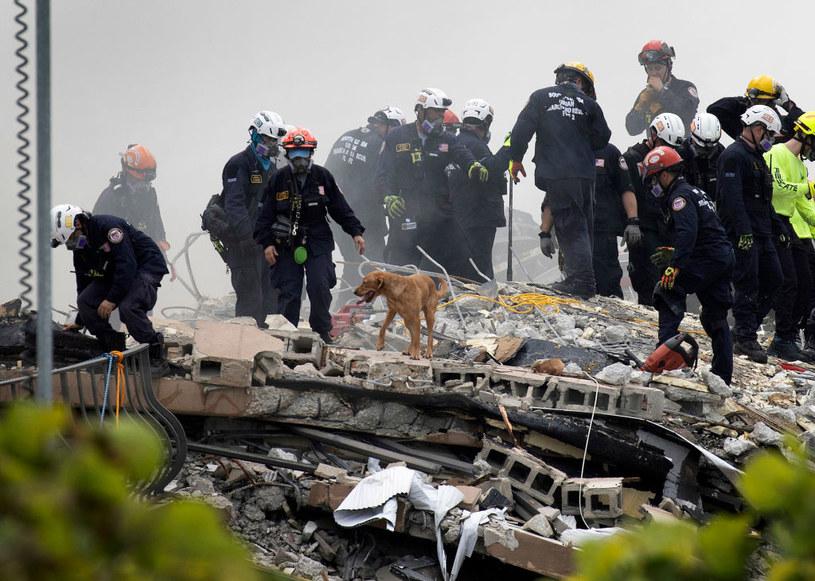 Ekipa ratunkowa na zgliszczach apartamentowca na Florydzie /Joe Raedle  /Getty Images