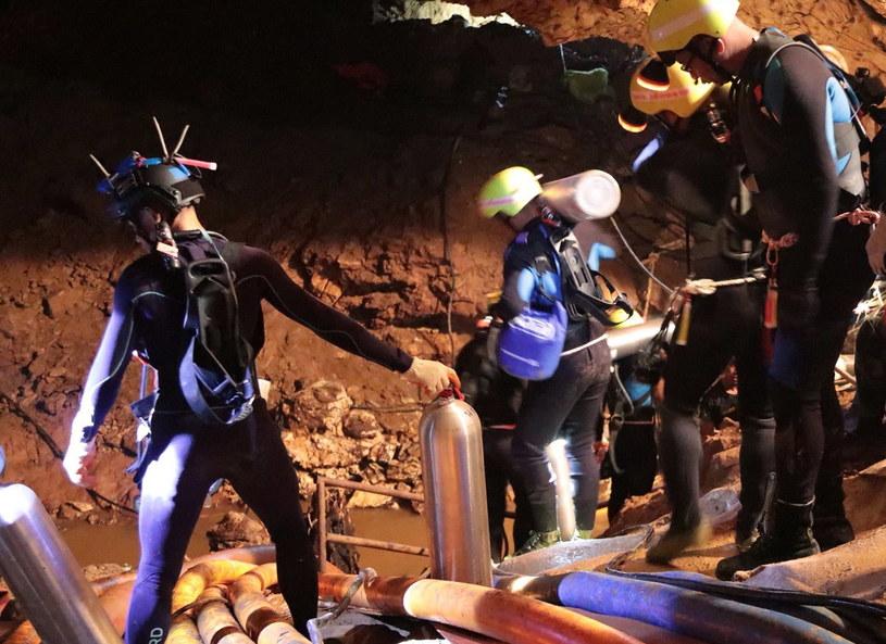 Ekipa ratunkowa w jaskini /PAP/EPA