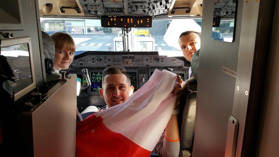 Ekipa RMF FM z flagą na pokładzie samolotu do Warszawy /RMF FM