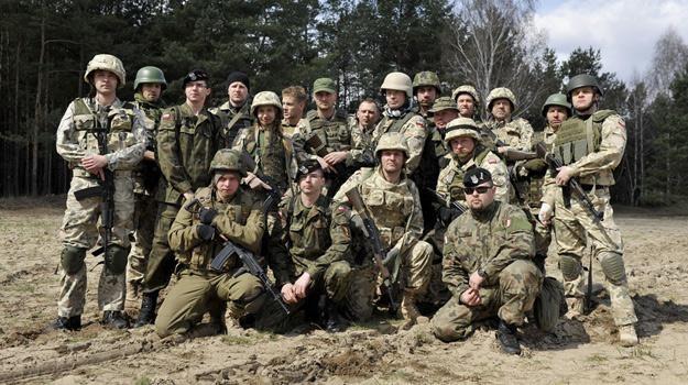 """Ekipa serialu """"Misja: Afganistan"""" na planie produkcji / fot. Mieszko Piętka /AKPA"""