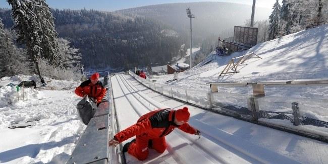 Ekipa techniczna na skoczni w Willingen /PAP/EPA/UWE ZUCCHI /PAP/EPA