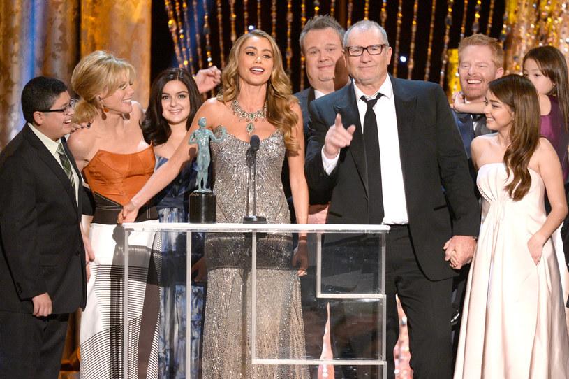 """Ekipa """"Współczesnej rodziny"""" z nagrodą za """"Wybitny występ zespołu aktorskiego w serialu komediowym"""" /Kevork Djansezian /Getty Images"""