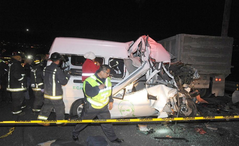 Ekipy ratownicze na miejscu tragicznego wypadku na meksykańskiej autostradzie / STR   /PAP/EPA