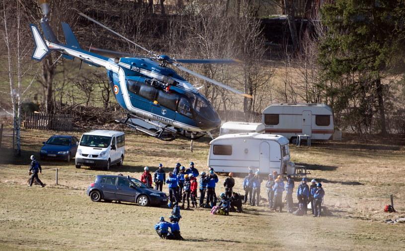 Ekipy ratownicze w pobliżu miejsca katastrofy /PAP/EPA