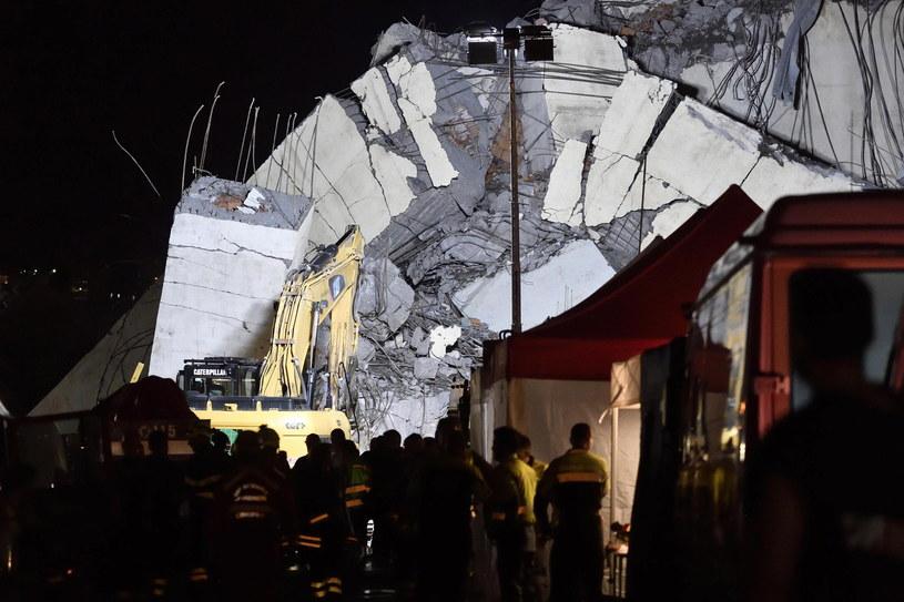 Ekipy ratunkowe od wtorku pracują bez przerwy, również w nocy. /FLAVIO LO SCALZO /PAP/EPA