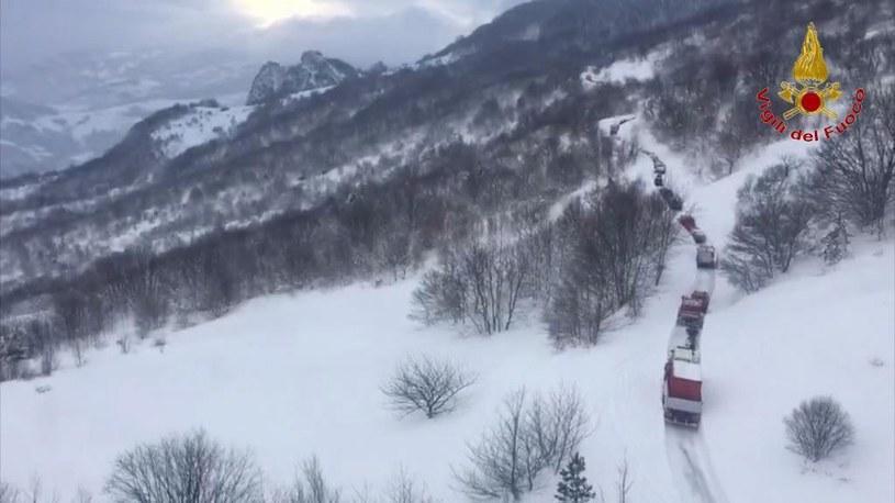 Ekipy ratunkowe w drodze do miejsca zejścia lawiny /ITALIAN FIRE DEPARTMENT  /PAP/EPA