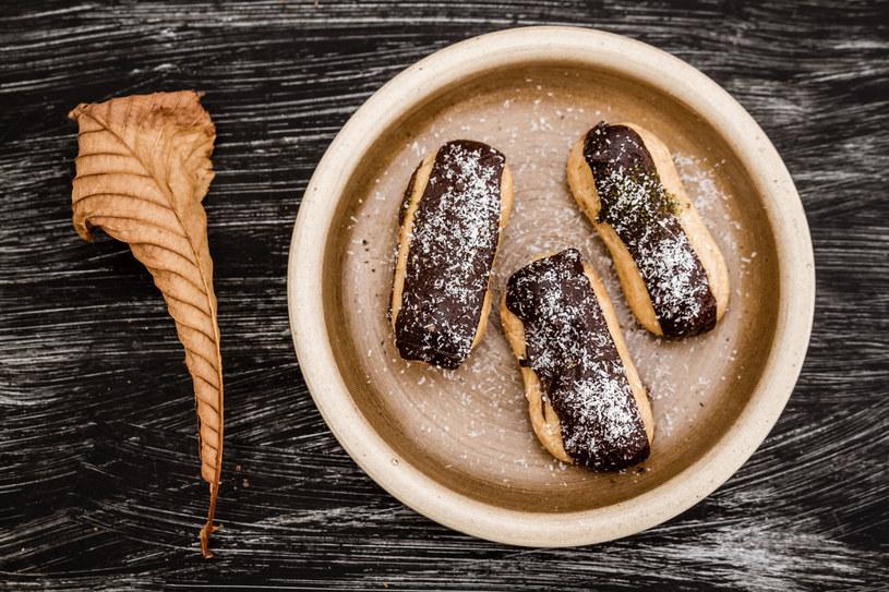 Eklerki przed podaniem możesz posypać cukrem pudrem lub wiórkami kokosowymi /123RF/PICSEL