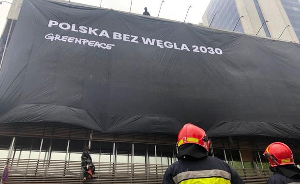 Ekolodzy z Greenpeace weszli na budynki PiS i PO