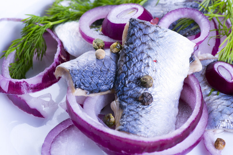 Ekolodzy zachęcają do wyboru na święta ryb oznaczonych na opakowaniu niebieskim certyfikatem MSC /123RF/PICSEL
