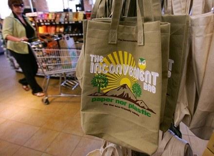Ekologiczne torby są dostępne w wielu krajach - na zdj. sklep w Kanadzie. /AFP