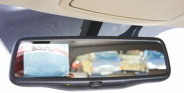 Ekran opcjonalnej kamery cofania wbudowano sprytnie w lusterko wsteczne. /Motor