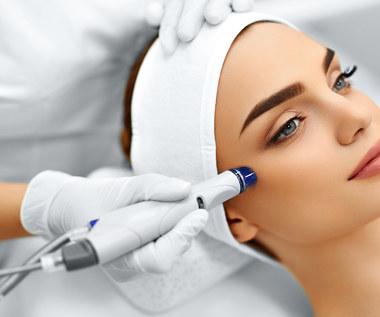 Eksfoliacja skóry: Lepiej złuszczać kwasem czy enzymami?