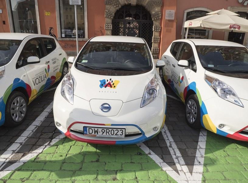 Eksperci chcą, by Polacy zrezygnowali z własnych aut i przesiedli się do wypożyczonych elektrycznych /Leszek Kotarba  /East News