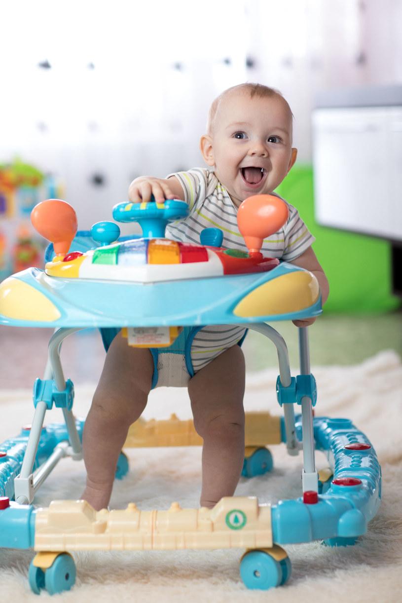 Eksperci mówią jednym głosem - nie należy uczyć dziecka chodzenia w ten sposób /123RF/PICSEL