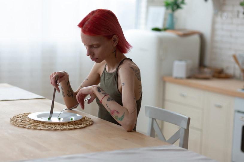Eksperci przestrzegają przed rygorystyczną dietą. Mały zasób kalorii i witamin może doprowadzić organizm do ruiny /123RF/PICSEL