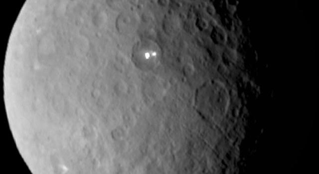 Eksperci sugerują, że niezwykłe jasne punkty na Cersie to prawdopodobnie kriowulkany. /NASA