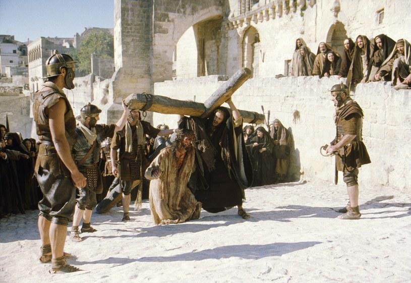 """Eksperci twierdzą, że Jezus nie dałby rady nieść całego krzyża (kadr z filmu """"Pasja"""") /East News"""