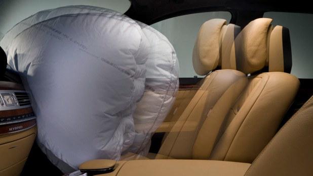 Eksperci zalecają, by unikać przewożenia dziecka w foteliku na przednim fotelu. /Mercedes