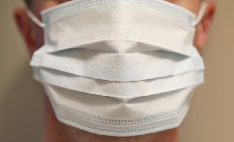 Ekspert: Maseczki w różnym stopniu chronią przed zakażeniem /MONKPRESS /East News