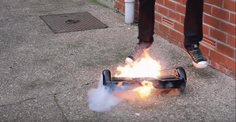 """Eksplodująca elektryczne deskorolka. Zrzut ekranu z youtube'owego filmu """"10 Fire Exploding Hoverboards Caught On Camera"""" (wideo w materiale) /materiał zewnętrzny"""