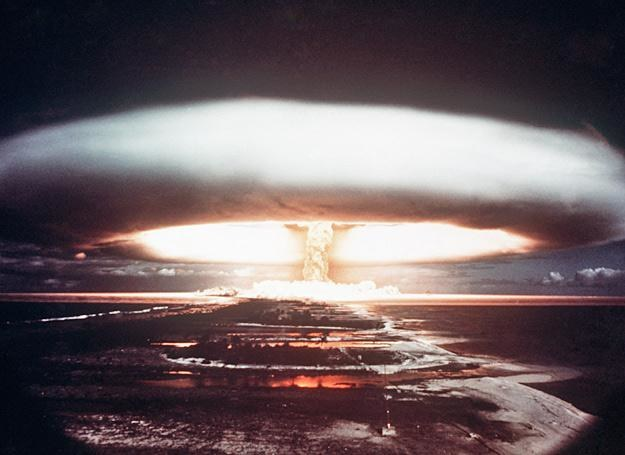 Eksplozja ładunku jądrowego zdetonowanego pod wodami atolu Mururoa, rok 1971 /AFP