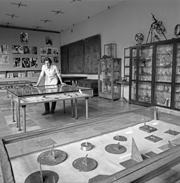 Ekspozycja zegarów słonecznych w Muzeum im. Przypkowskich w Jędrzejowie - zdjęcie z lat 60. /Zbyszko Siemaszko /Agencja FORUM