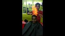 Ekstremalne fryzjerstwo. Używa ognia zamiast nożyczek