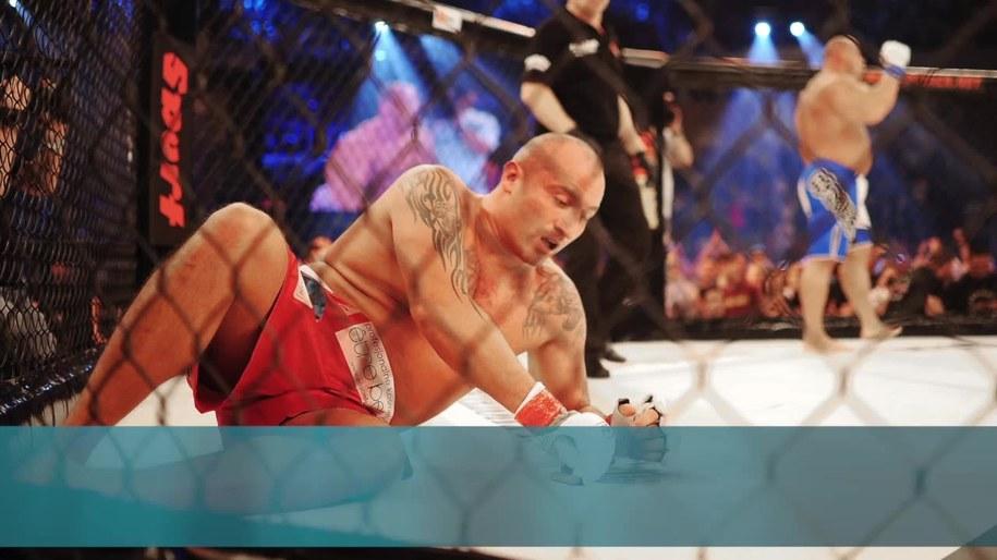"""""""El Testosteron"""" przegrał z Piechowiakiem na gali Fame MMA 6, która odbyła się mimo pandemii koronawirusa /x-news /"""