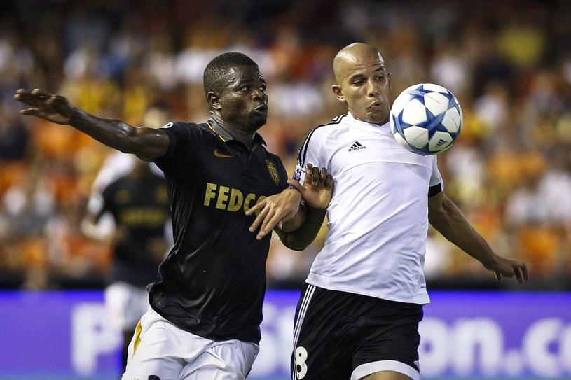 Elderson (z lewej) walczy o piłkę z Sofianem Feghoulim /AFP
