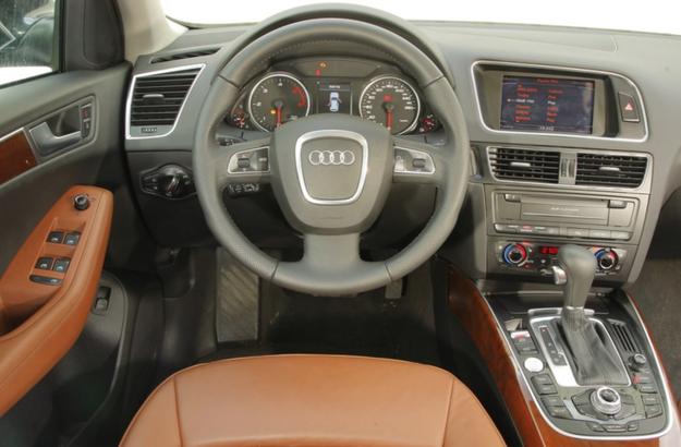 Elegancka deska rozdzielcza została opracowana specjalnie do tego modelu. Pod względem układu przełączników, wyświetlaczy i zegarów najbliżej jej do Audi A4. Czytelność i łatwość obsługi – bez zarzutu. /Motor
