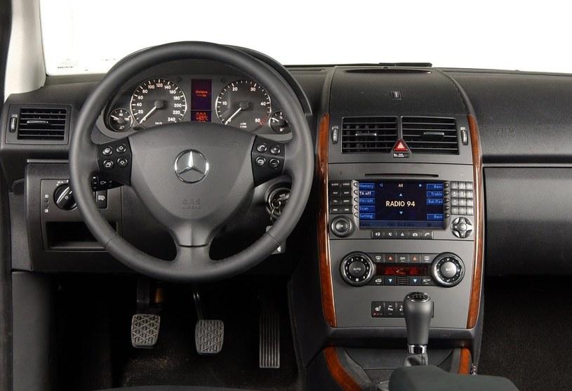 Elegancka konsola środkowa przypomina z klasy C lub E. Pozycja za kierownicą jest bardzo wysoka, typowa dla minivanów. Wykończenie: na piątkę. /Motor