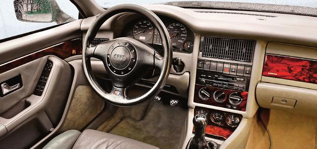 Elegancka prostota i wzorcowa solidność. Klimatyzacja jest bardzo wydajna (oferowano tylko manualną). Uszczelki bezramkowych szyb mogą po latach być przyczyną hałasu, warto je wymienić. /Motor