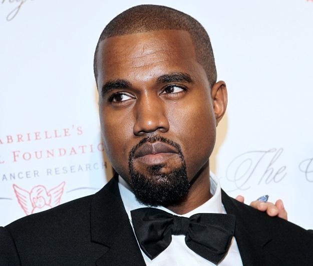 Elegancki Kanye West. I czyjaś ręka - fot. Steve Mack /Getty Images/Flash Press Media