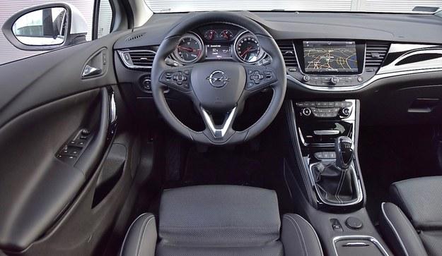 Elegancki kokpit o znacznie ułatwionej w stosunku do poprzednika obsłudze wykonano z niezłych materiałów. /Motor