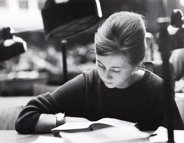 Kraków, 1961 r., Biblioteka Jagiellońska, studentka czyta książkę w czytelni