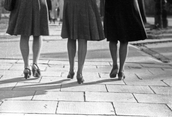 Warszawa, Aleje Ujazdowskie, 1946 r., kobiety w jedwabnych pończochach ze szwem
