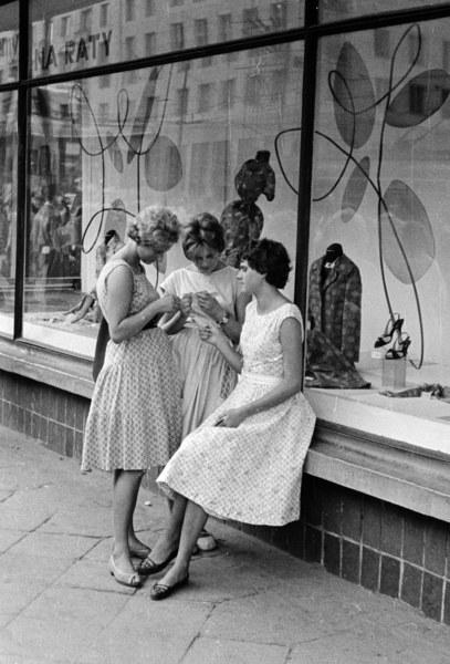 Warszawa, lata 60., kobiety siedzące przy wystawie sklepowej