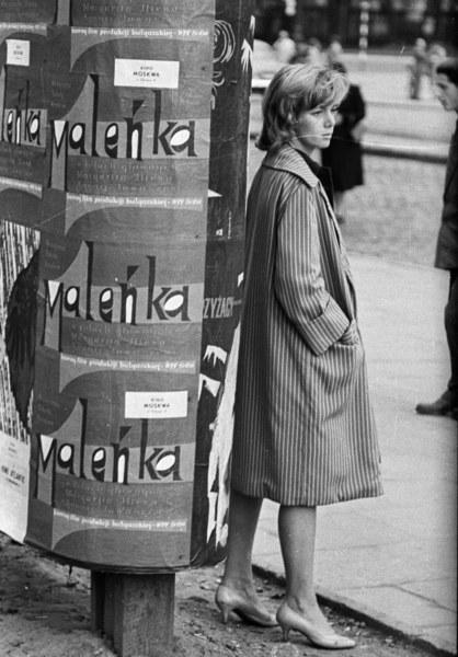 Lata 70., kobieta w płaszczu